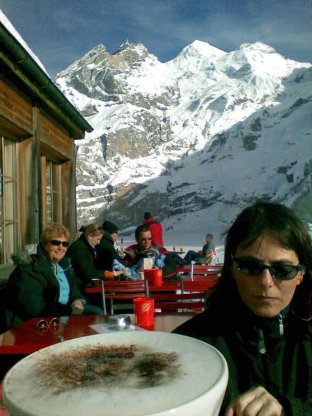 Cappuccino am Hotel Oeschinensee oberhalb Kandersteg