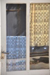 Fenster mit Spitzengardinen in Banne