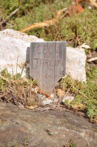 Schild am Wegesrand: Ceci est un jardin, pas une escalade.