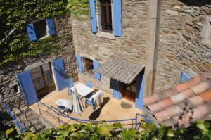 Terrasse im Innenhof von Lou Pelou