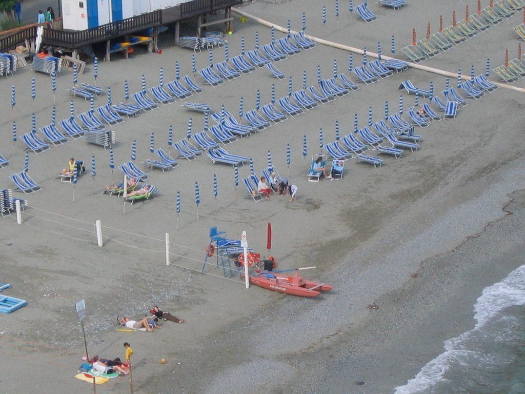 Liegestühle am Strand von Monterosso